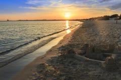 De mest härliga sandiga stränderna av Apulia Salento kust: shoreline på solnedgången Porto cesareostrand ITALIEN (Lecce) arkivfoton