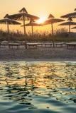 De mest härliga sandiga stränderna av Apulia Torre Guaceto: paraplyer på solnedgången Det är den Marine Protect Area och naturres arkivfoto