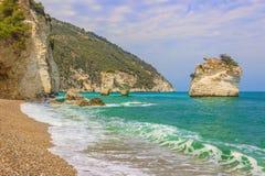 De mest härliga kusterna av Italien: Baia deiMergoli strand (Apulia) Royaltyfri Fotografi