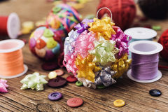 De met de hand gemaakte ballen van Kerstmis Stock Foto's