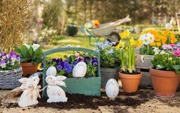 De met de hand gemaakte decoratie van Pasen met de lentebloemen en konijntje thuis Royalty-vrije Stock Afbeelding