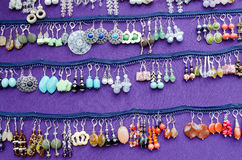 De met de hand gemaakte decoratieve oorringsjuwelen verkopen markt Royalty-vrije Stock Fotografie