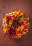 De met de hand gemaakte diy kunstmatige decoratie van de de herfstkroon met bladeren berr stock foto