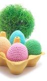 De met de hand gemaakte eieren van Pasen met gras. Stock Foto's