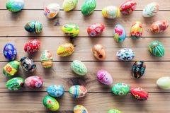 De met de hand gemaakte eieren van Pasen op houten lijst stock afbeelding