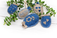 De met de hand gemaakte paaseieren van de kunst op houten achtergrond Royalty-vrije Stock Afbeelding
