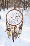 De met de hand gemaakte vanger van de colorfulldroom in het sneeuwbos Stock Afbeeldingen