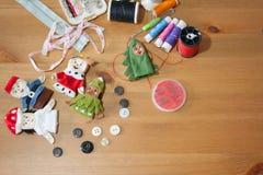 De met de hand gemaakte vinger van de Kerstmispop voor Kerstmisgift op hout backgr Stock Afbeelding