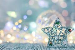 de met de hand gemaakte decoratie van de Kerstmis zilveren ster op glanzende lichtenachtergrond stock foto's