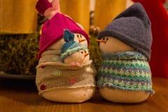 De met de hand gemaakte familie van de soksneeuwman - Kerstmisdecoratie Royalty-vrije Stock Foto