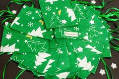 De met de hand gemaakte kalender van de Kerstmiskomst voor kinderen, groene komst genummerd zakken klaar om met speelgoed en suik royalty-vrije stock afbeeldingen