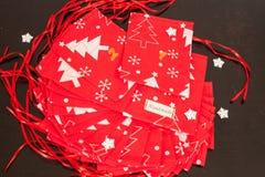 De met de hand gemaakte kalender van de Kerstmiskomst voor kinderen, rode komst genummerd zakken klaar om met speelgoed worden op royalty-vrije stock fotografie
