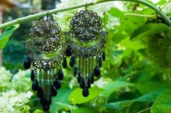 de met de hand gemaakte toebehoren van oorringenjuwelen bijouterie stock foto