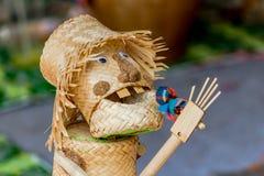 De met de hand gemaakte wevende bamboemand was van toepassing om stuk speelgoed te spelen Stock Fotografie