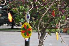 De met de hand geschilderde houten eieren van Pasen op een boom stock afbeeldingen