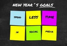 De met de hand geschreven 2019 Nieuwjaardoelstellingen en de resoluties in kleurrijke kleverige nota's bepaalden om minder tijd i stock illustratie