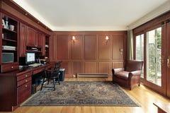 De met panelen beklede bibliotheek van de kers hout royalty-vrije stock afbeeldingen