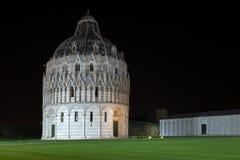 De met schijnwerpers verlichte Doopkapel van Pisa van St John bij nacht Stock Afbeelding