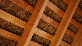 De met stro bedekte Stralen van de Dak Houten Dakspar binnen Royalty-vrije Stock Foto's