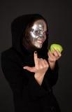 De met twee aangezichten tovenares met appel verleidt Royalty-vrije Stock Afbeeldingen