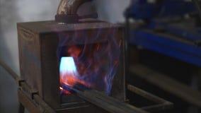 De metaalbars smeden binnen gasoven voor het verwarmen in de smidse in fabrieksworkshop stock video