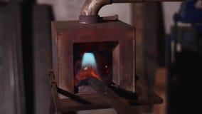 De metaalbars smeden binnen gasoven voor het verwarmen in de smidse in fabrieksworkshop stock footage