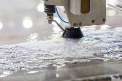 De metaalbewerkende industrie om metaal te snijden met de straal van het hoge drukwater Stock Afbeeldingen