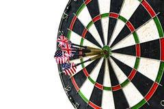 De metaalpijltjes hebben rode bullseye op een dartboard geraakt Het spel van pijltjes De pijltjespijl in de pijltjes van het doel Stock Fotografie