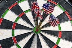 De metaalpijltjes hebben rode bullseye op een dartboard geraakt Pijltjes Gam Royalty-vrije Stock Fotografie