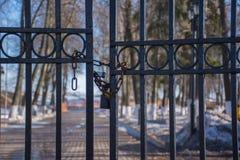 De metaalpoort aan het Park is gesloten met een slot en een ijzerketting royalty-vrije stock foto