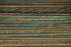 De metaalstaven liggen horizontaal en vullen het volledige kader Industriële achtergrond voor metallurgie royalty-vrije stock fotografie