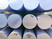 De metalen en het aluminium hopen in de pakhuislading op voor vervoer aan de productie van fabriek stock afbeelding