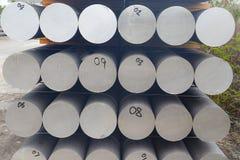 De metalen en het aluminium hopen in de pakhuislading op voor vervoer aan de productie van fabriek stock foto