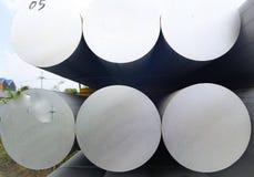 De metalen en het aluminium hopen in de pakhuislading op voor vervoer aan de productie van fabriek royalty-vrije stock afbeeldingen