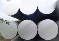De metalen en het aluminium hopen in de pakhuislading op voor vervoer aan de productie van fabriek royalty-vrije stock afbeelding