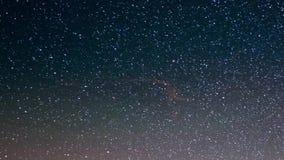 De meteoorexplosie, meteoordouche en stardust rookt sleep in nachthemel, tijdtijdspanne van de Melkweg en de sterrige hemel over  stock video