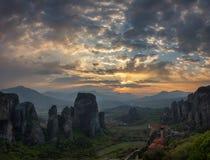 De Meteora klosterna på solnedgången royaltyfria foton