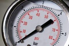De metermaat van de manometer turbodruk in pijpenolieplant Stock Afbeeldingen