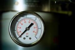 De metermaat van de manometer turbodruk in pijpenolieplant Stock Fotografie