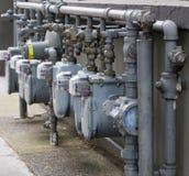 De meterrij van het gas bij hoek stock afbeeldingen
