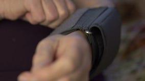 De metingen van de close-updruk, versleten handen stock videobeelden