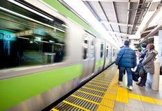 De metro die van het de motieonduidelijke beeld van de trein op trein wacht Stock Foto