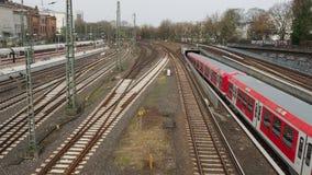 De metro drijft in de centrale post en de trein verlaat post, Hamburg stock footage