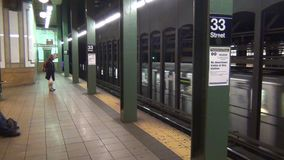 De metro gaat door 33 Straatpost over New York, de V.S. stock video