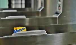 De Metro NYC van close-upmetrocard zet Metro Kaart om die op Turnstile jatten royalty-vrije stock foto's