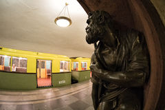 De metro retro trein van Moskou ` s van 1934 en een bronsbeeldhouwwerk bij de post van ` Baumanskaya ` 10 juni, 2017 moskou Rusla Royalty-vrije Stock Fotografie