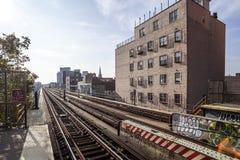 De Metro van New York (overground) in Brooklyn dichtbij de Post van Lorimer St Royalty-vrije Stock Foto's