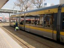 De metropolitaanse metrobestuurder controleert veiligheid stock afbeeldingen