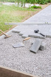 De metselaar plaatst concrete straatsteenblokken voor het opbouwen a Royalty-vrije Stock Afbeeldingen