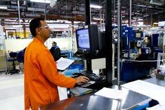 De Mexicaanse arbeiders produceren elektronische componenten Stock Foto